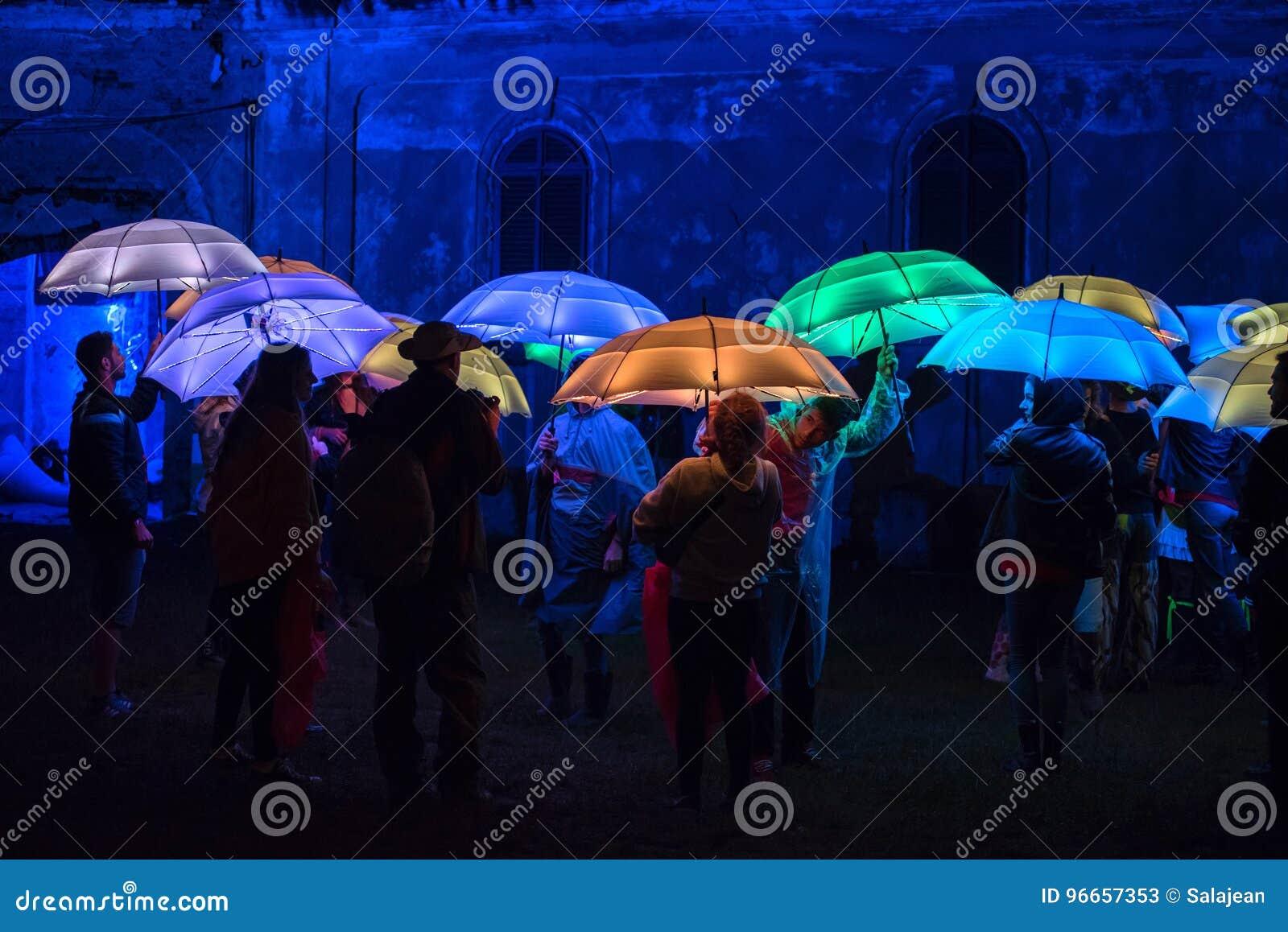 Kleurrijke Die Paraplu\'s Door Geleide Lampen In De Nacht Worden ...