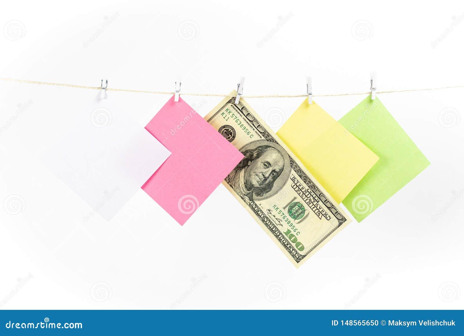 Kleurrijke document kaarten en geld hangende die kabel op witte achtergrond wordt ge?soleerd