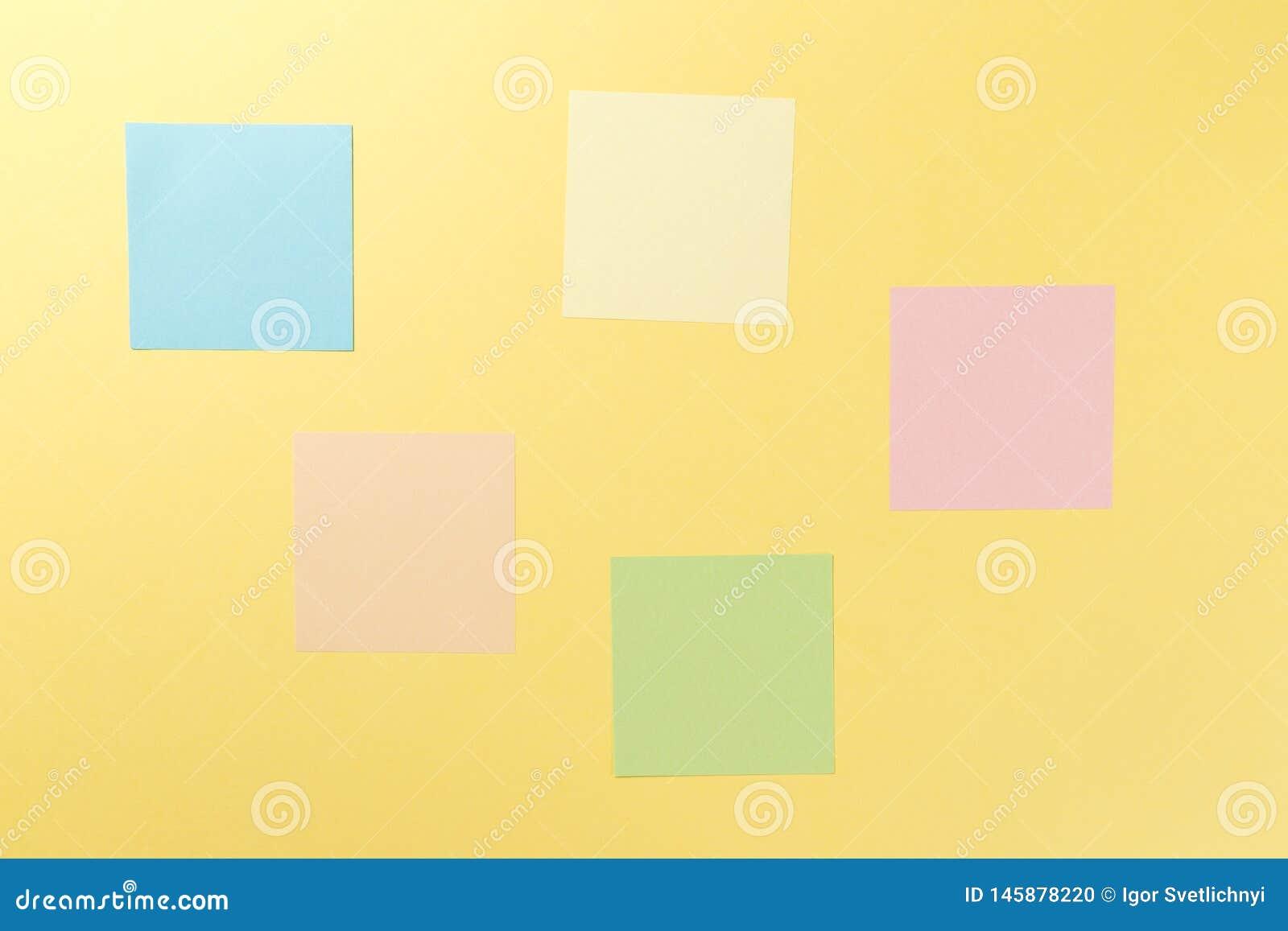 Kleurrijke document stickers op gele achtergrond