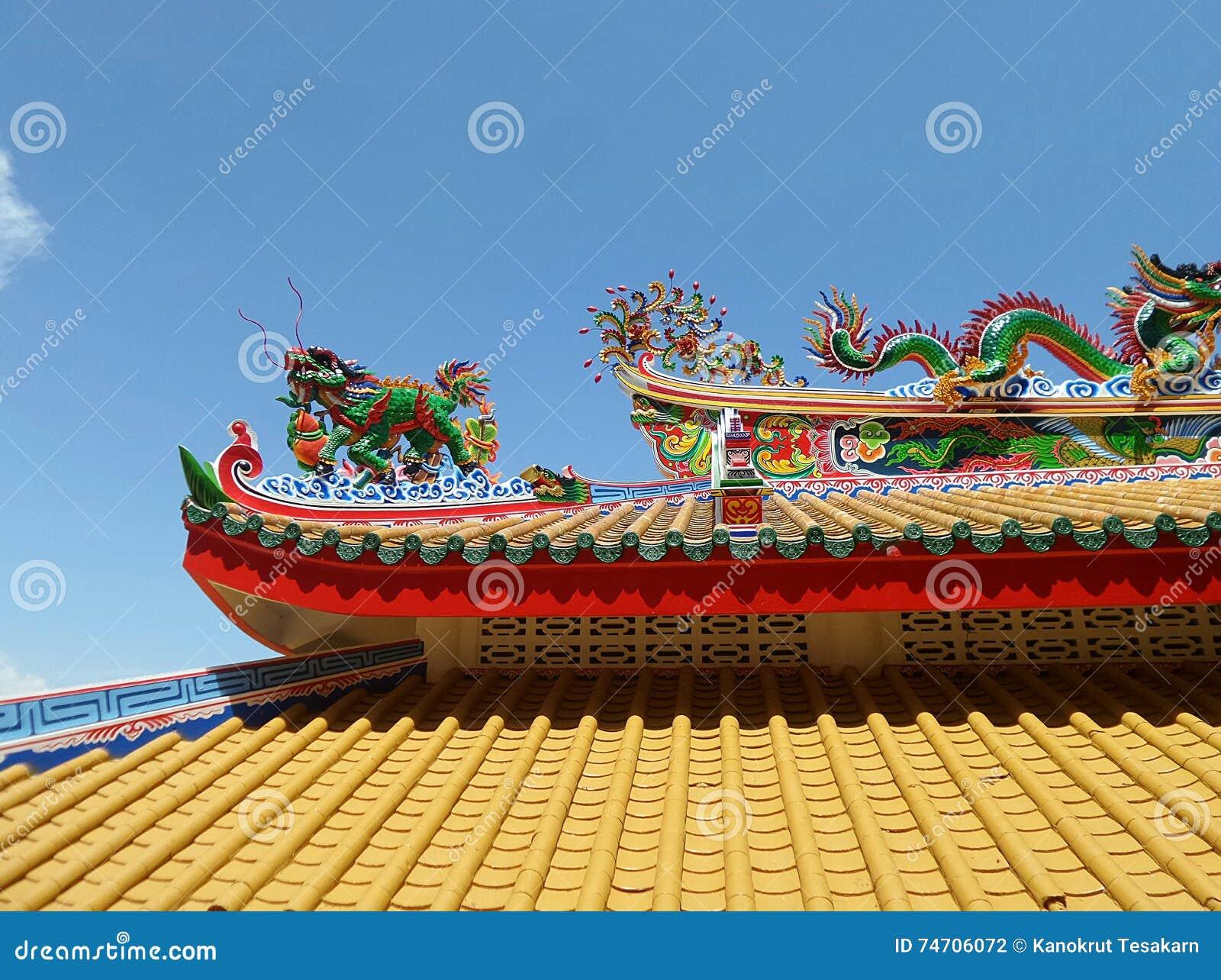Kleurrijke draak op geel dak van Chinese Tempel op het noordenhaven van Koh Sichang Island
