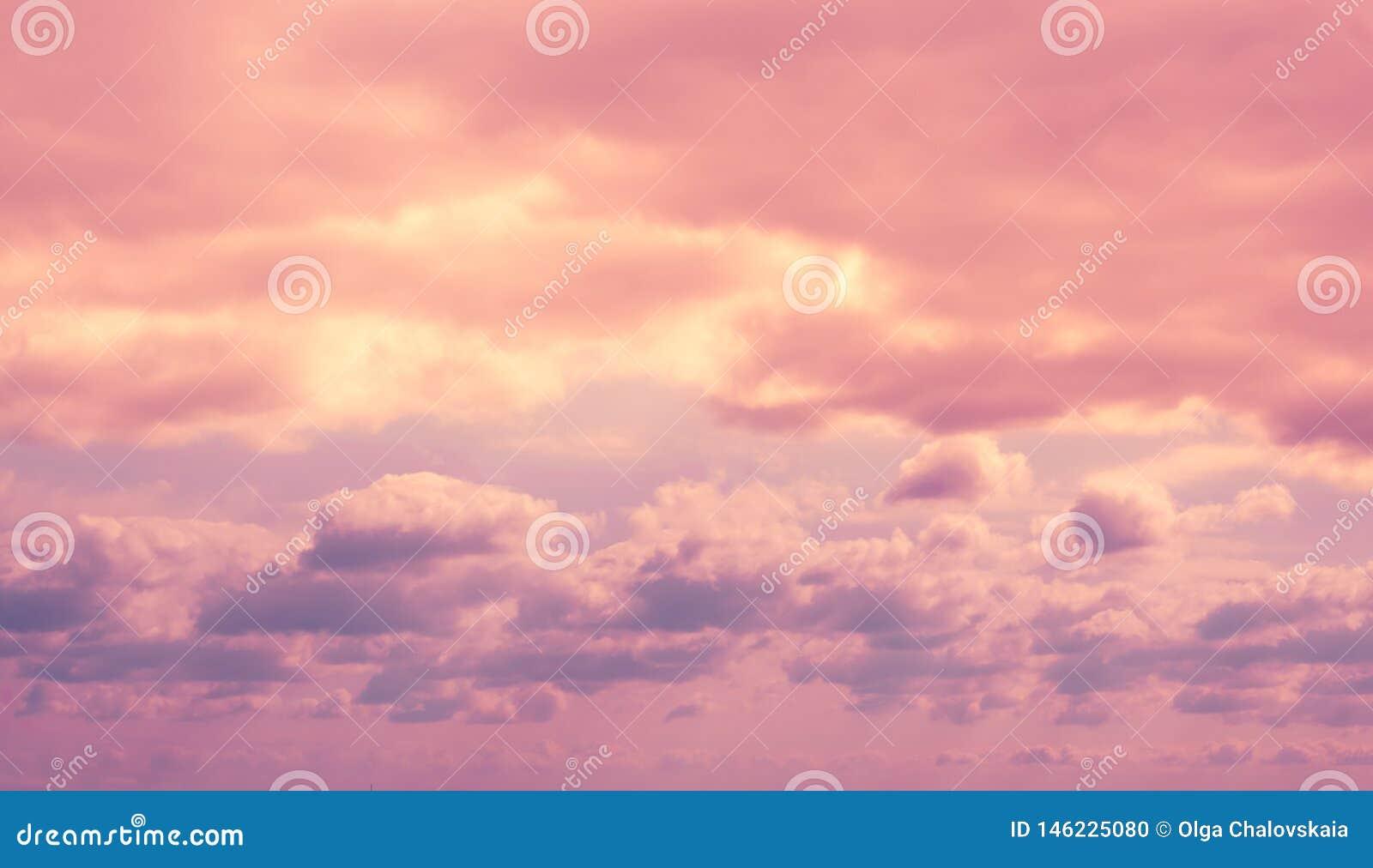 Kleurrijke dramatische lilac hemel en ultraviolette wolken