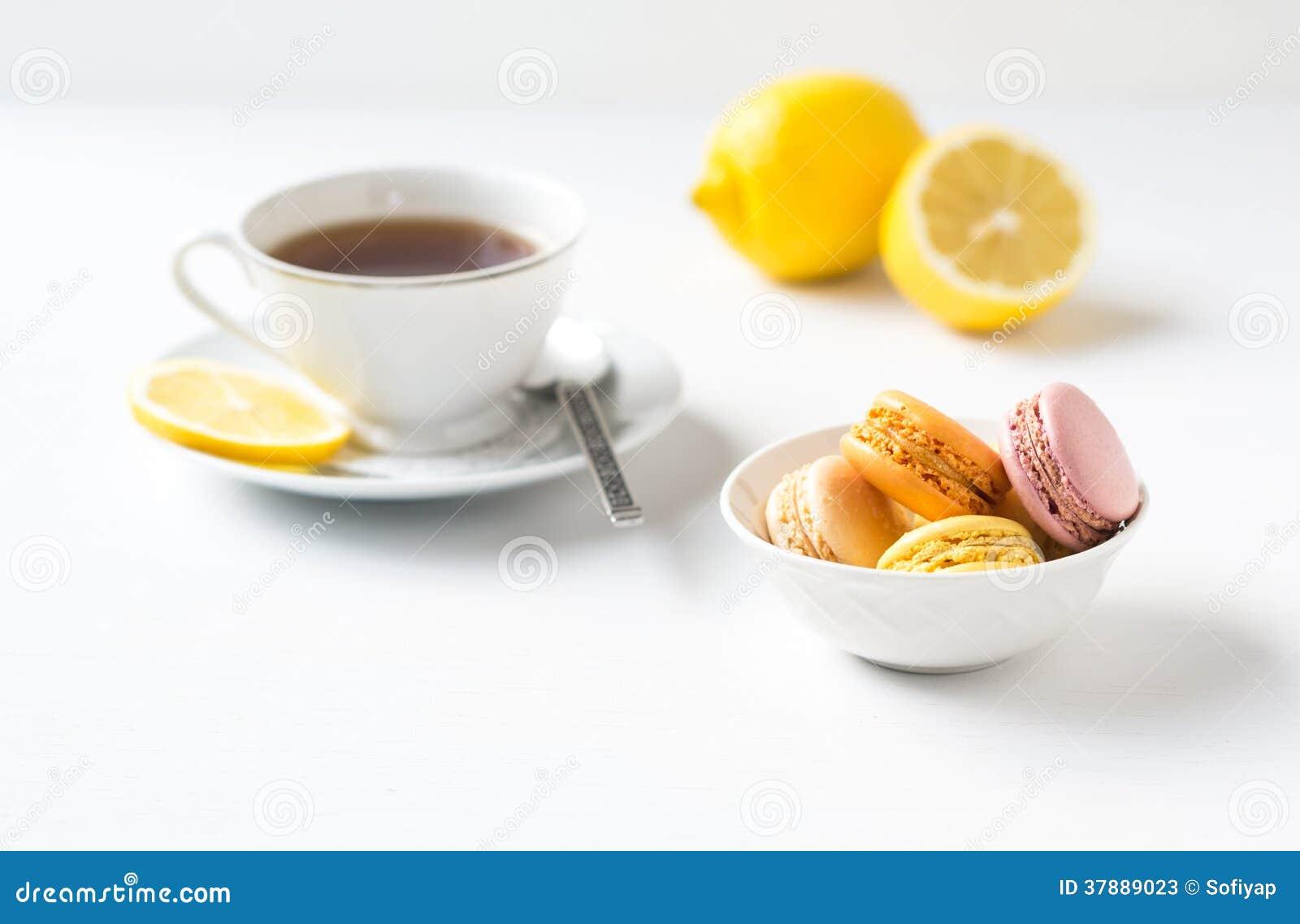 Kleurrijke Franse macarons met kop thee.