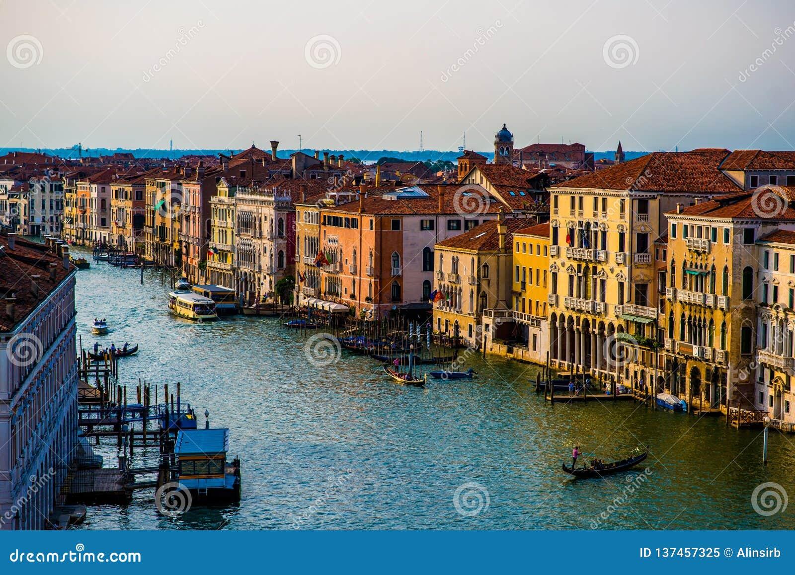 Kleurrijke gebouwen in Venetië vóór zonsondergang