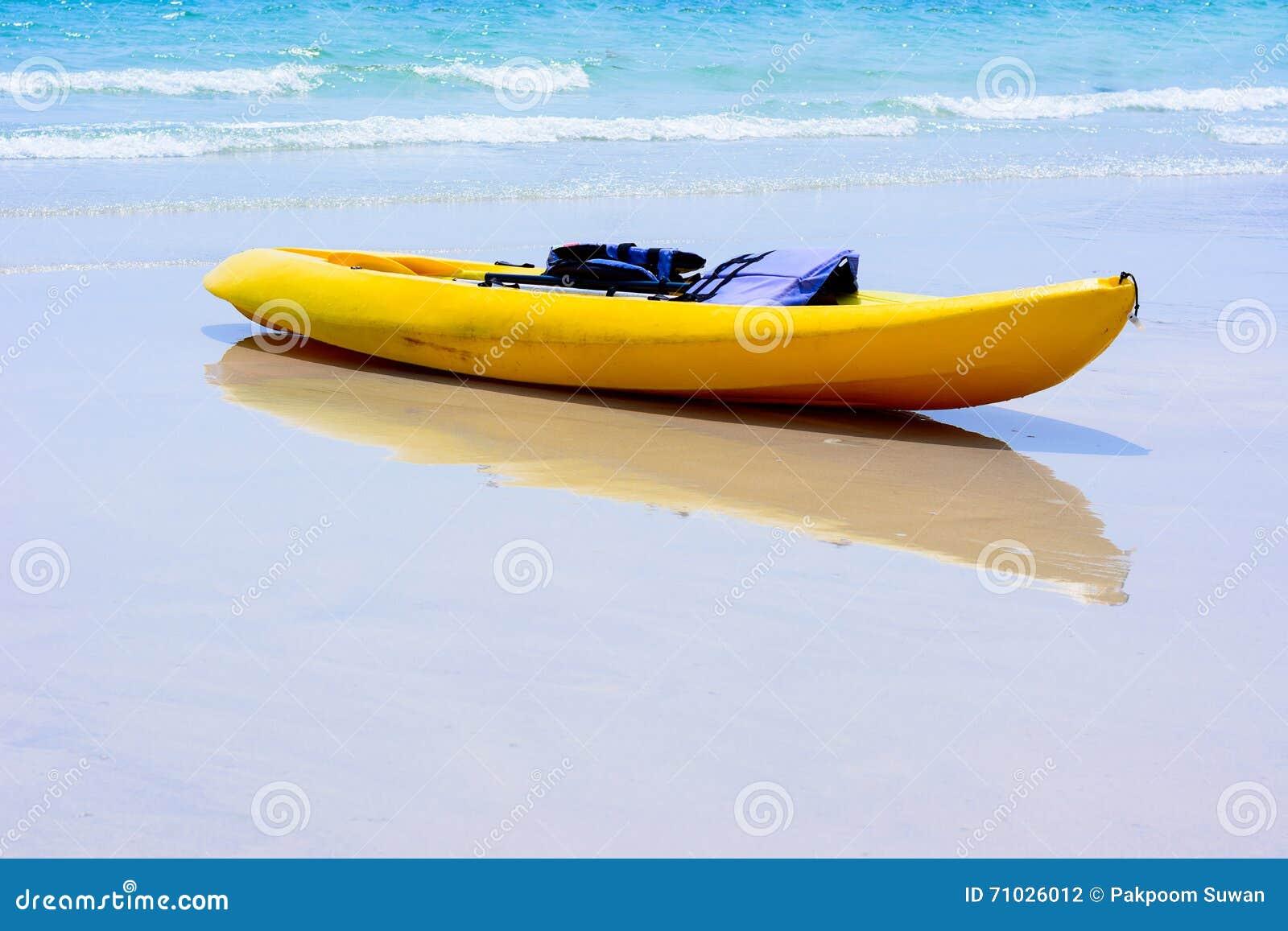 Kleurrijke gele kajaks op strand