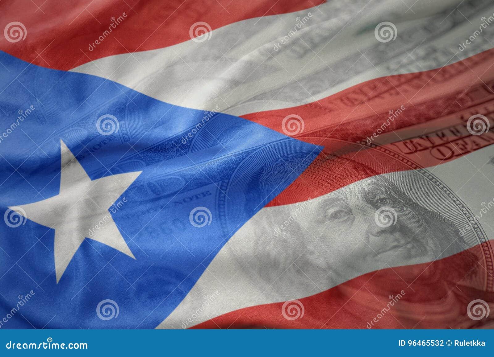Kleurrijke golvende nationale vlag van Puerto Rico op een Amerikaanse achtergrond van het dollargeld