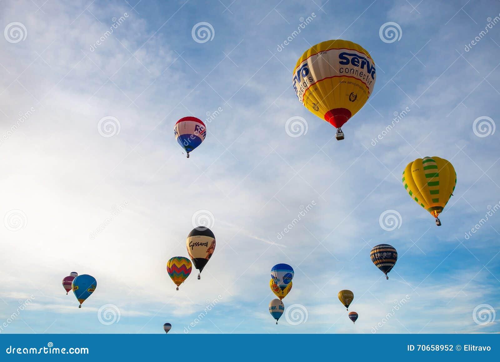 Kleurrijke hete luchtballons die, 6 januari 2015 Mondovì Italië vliegen