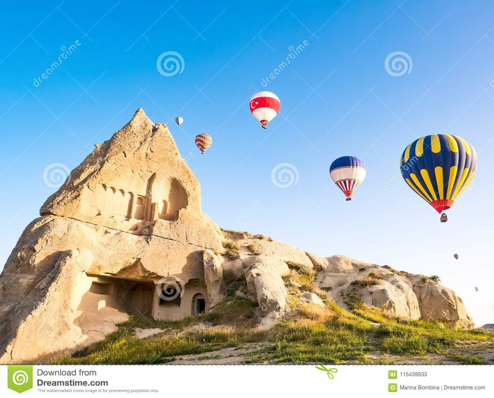 Kleurrijke hete luchtballons die over rotslandschap in Cappadoc vliegen