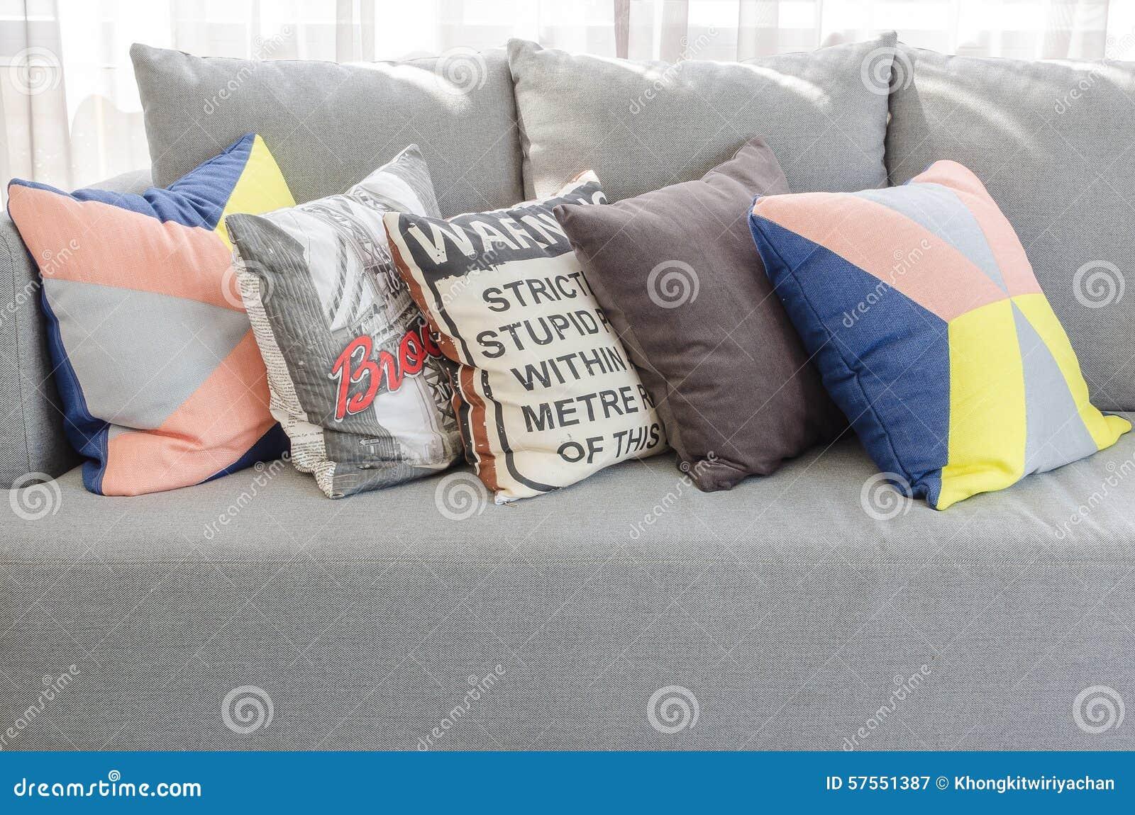 Kleurrijke hoofdkussens op moderne grijze bank in woonkamer stock ...