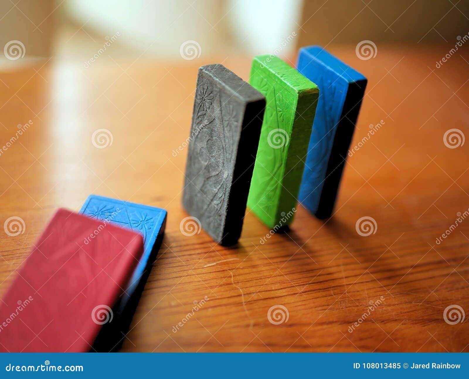 Kleurrijke Houten Domino s die op een rij vallen