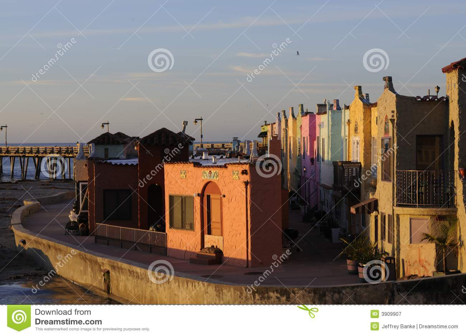 Kleurrijke huizen op de promenade in Capitola, Calif