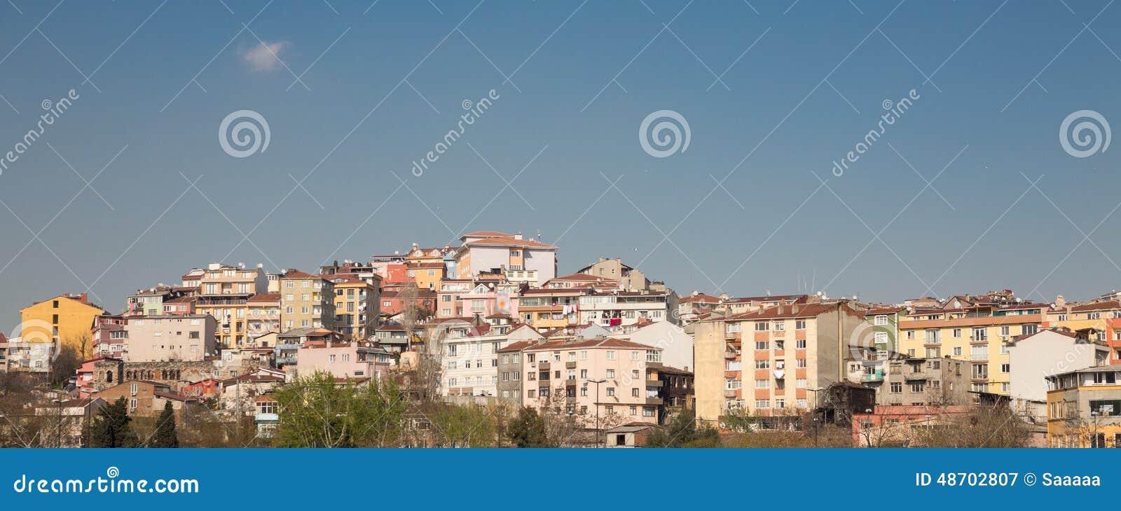 Kleurrijke huizen op een helling in istanboel turkije stock foto afbeelding 48702807 - Moderne huis op een helling ...