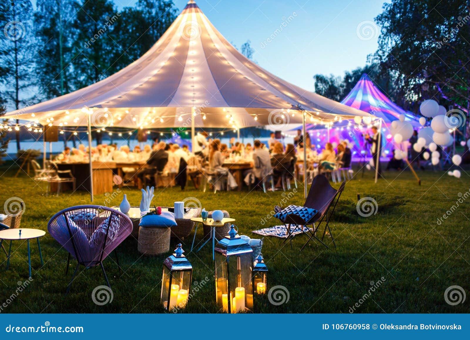 Kleurrijke huwelijkstenten bij nacht De dag van het huwelijk