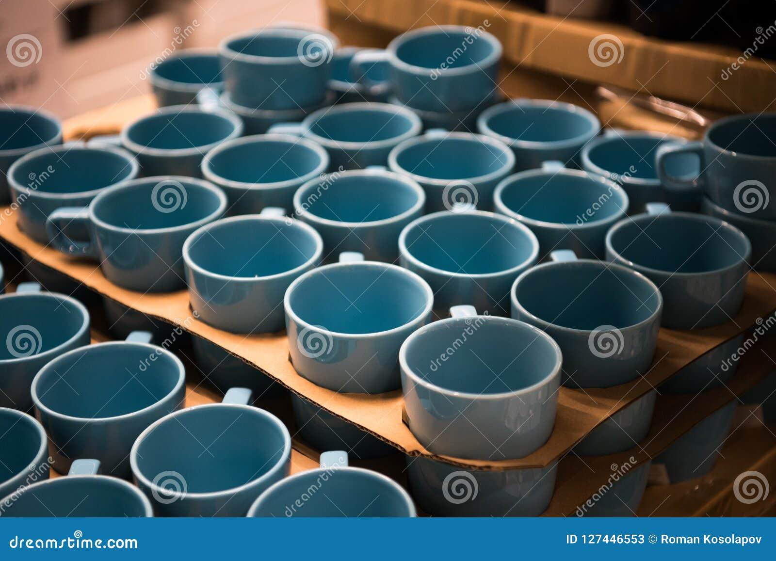Kleurrijke kopopslag Koppen die van de Aqua de blauwe kleur zich in winkel bevinden