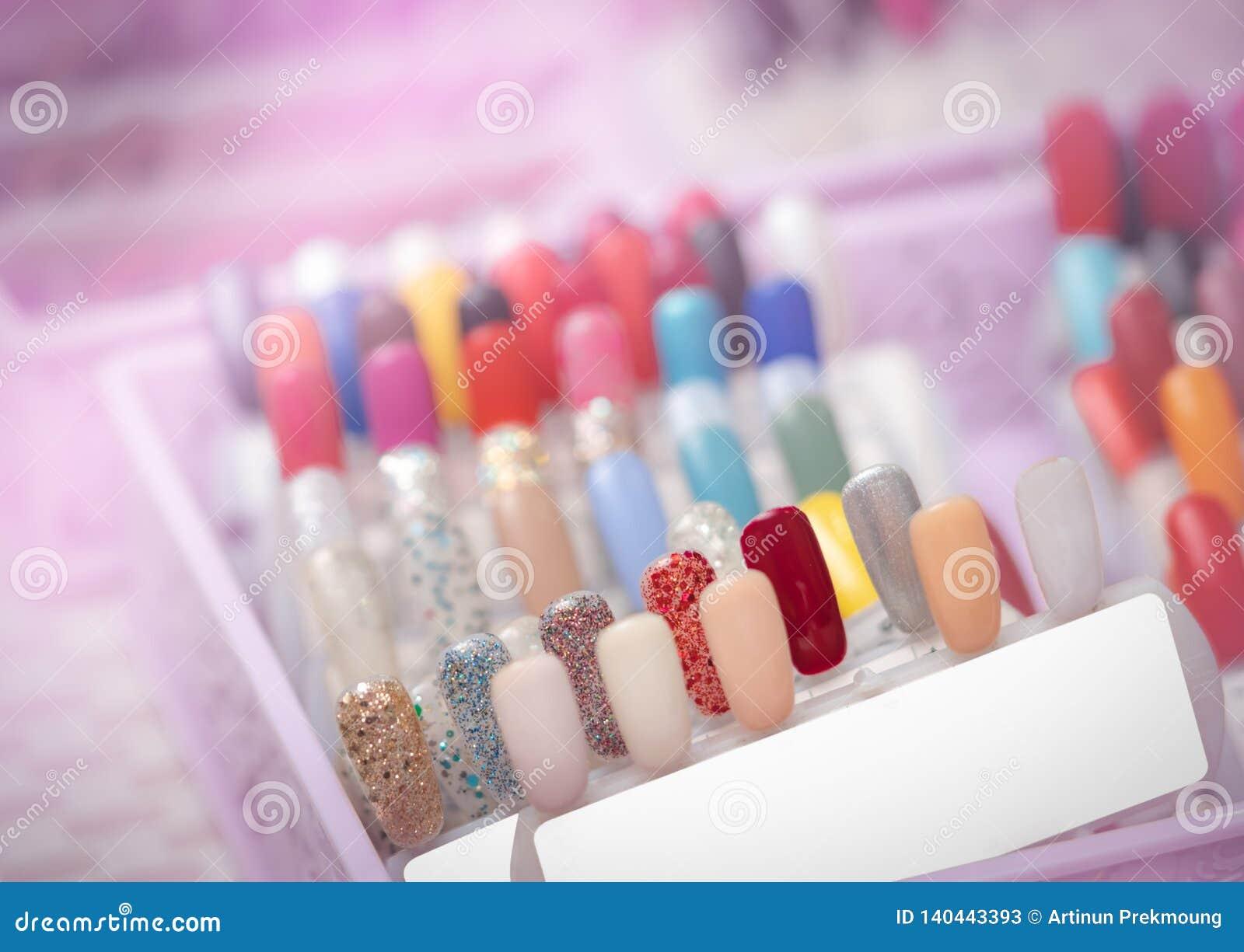 Kleurrijke kunstmatige Spijkers in de winkel van de spijkersalon Reeks valse spijkers voor klant om kleur voor manicure of pedicu