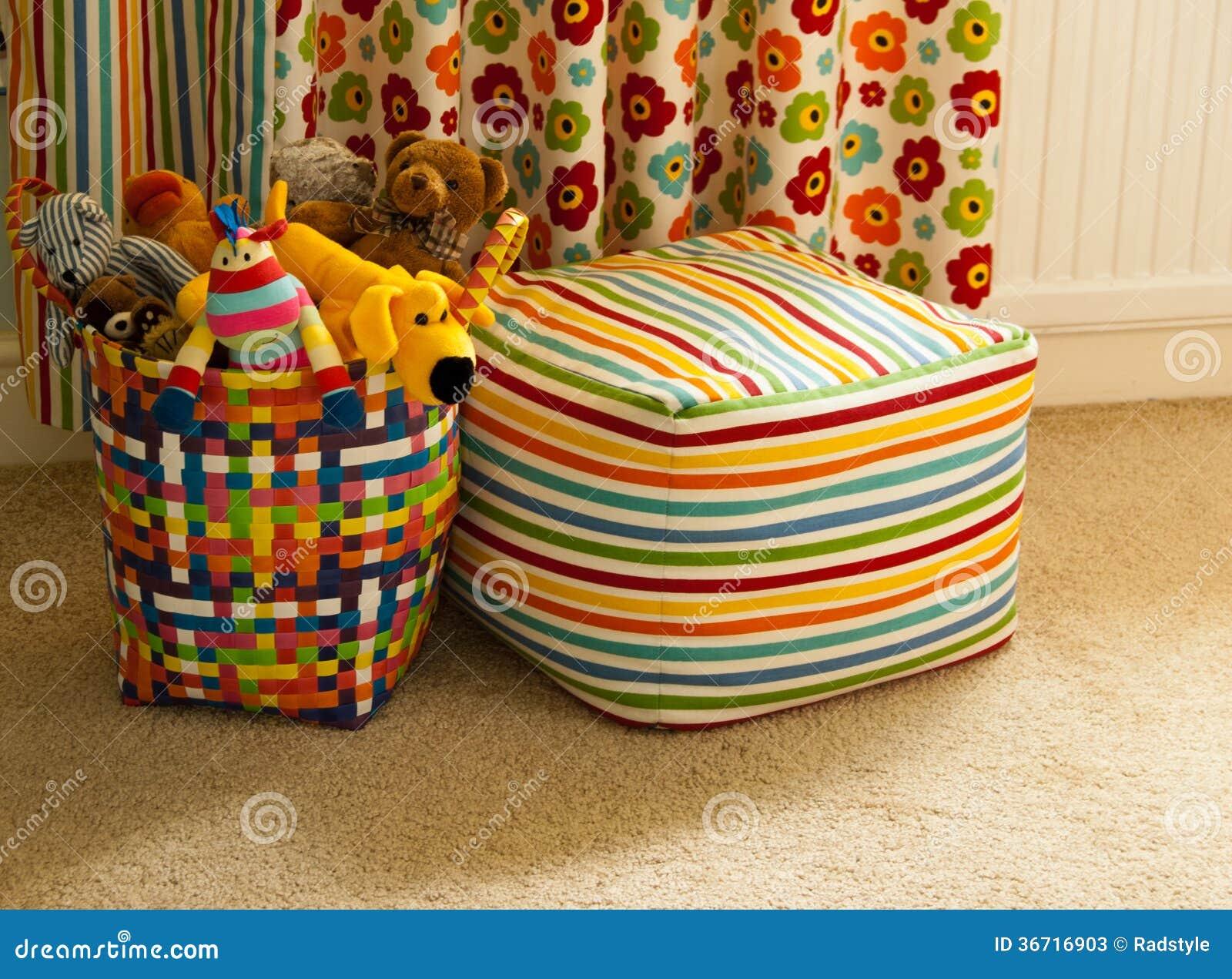Gordijnen Slaapkamer Kind : Kleurrijke mand met pluchespeelgoed gordijn en seat stock