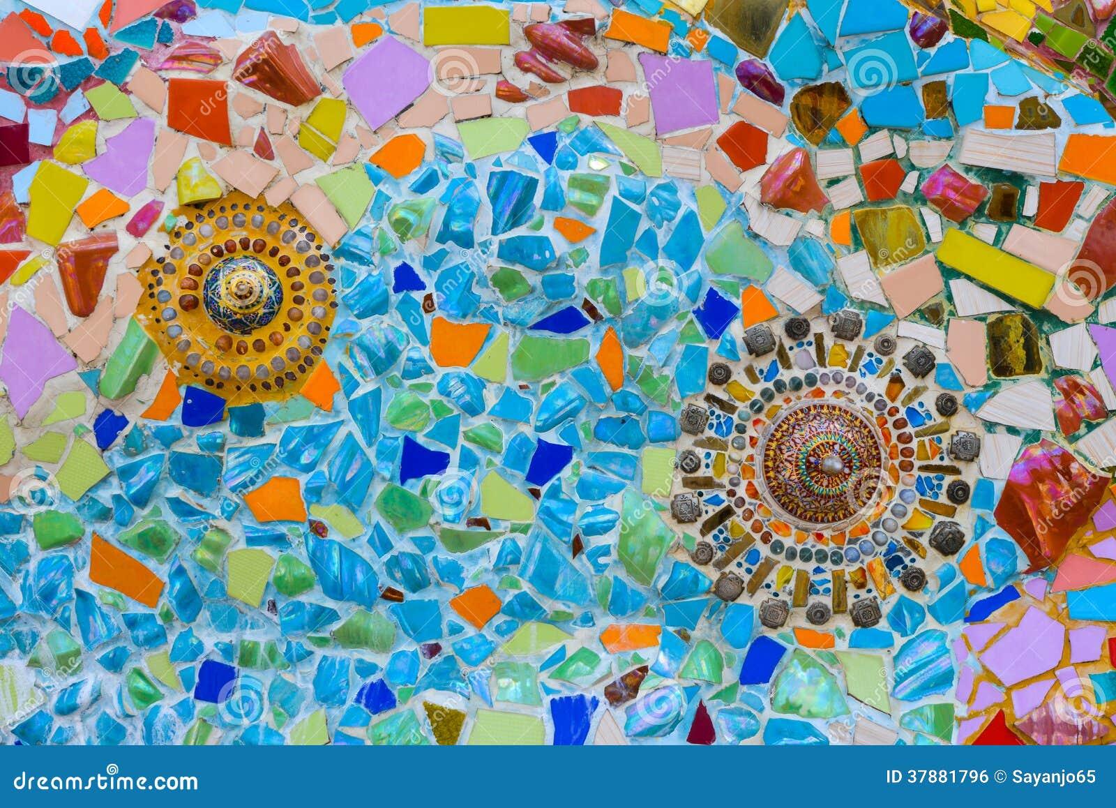 Kleurrijke mozaïekkunst en abstracte muurachtergrond.