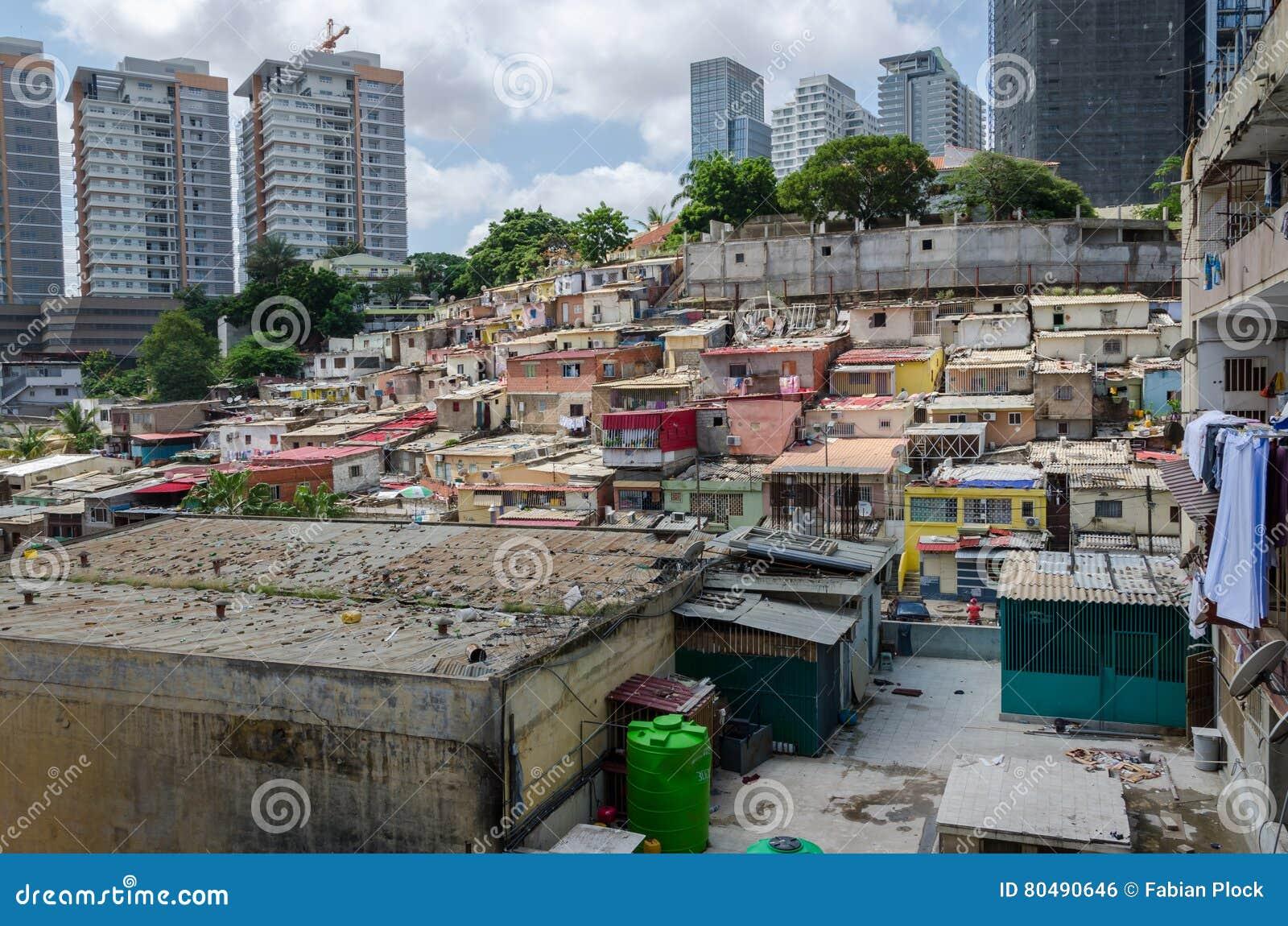 Kleurrijke onwettige huizen van de slechte inwoners Luandas
