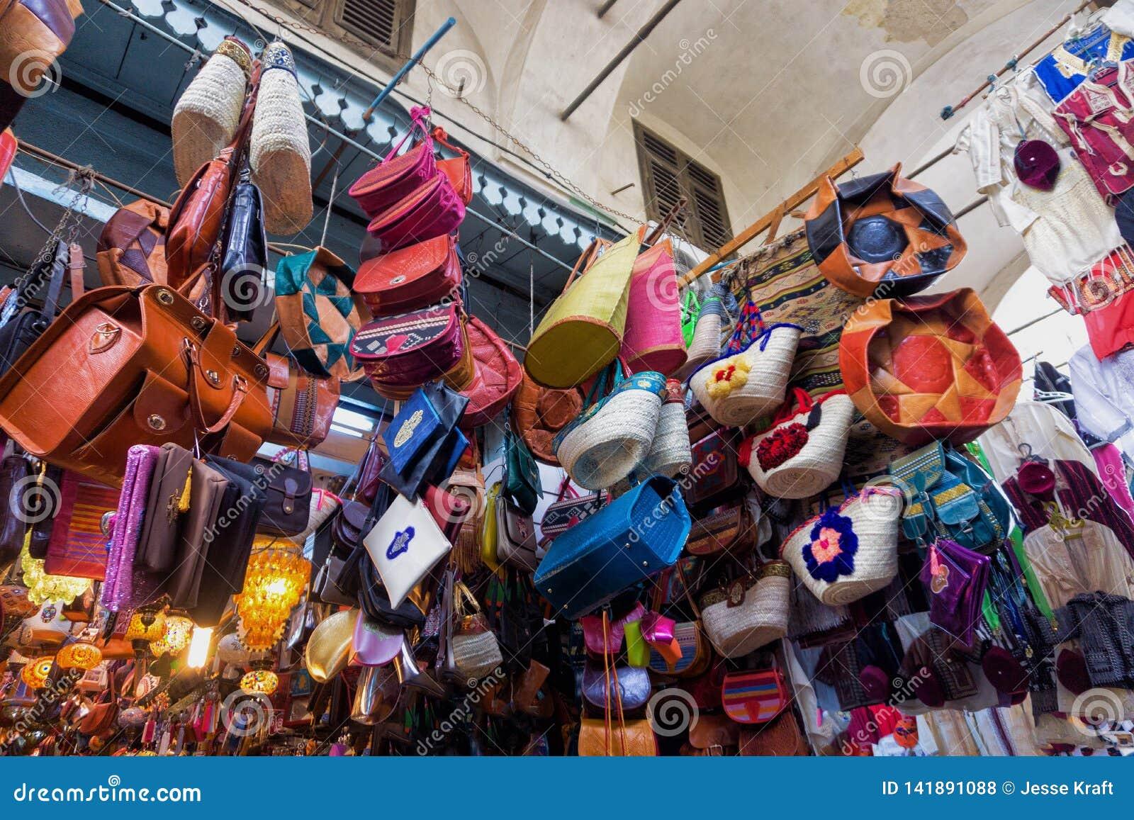 Kleurrijke opslag met traditionele herinneringen in Tunis, Tunesië