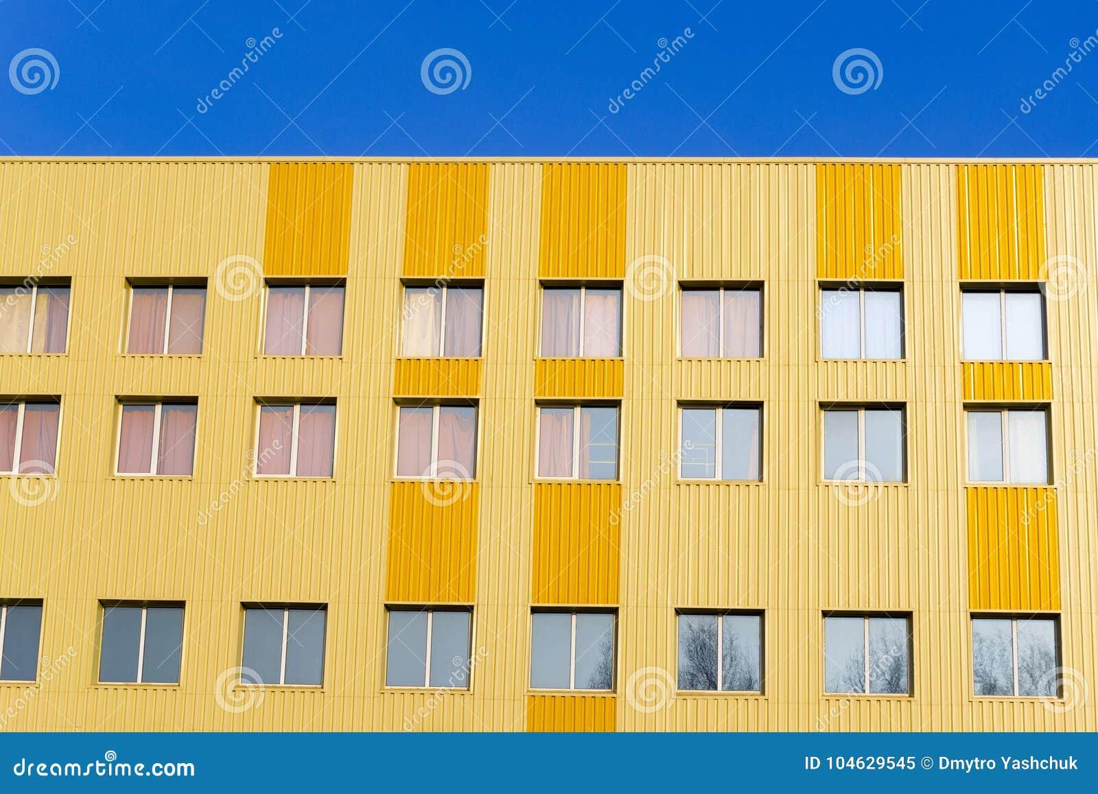 Download Kleurrijke Oude Rijtjeshuisvoorgevel Bouw De Van De Binnenstad Van De Stadsarchitectuur Veelvoudige Vensters Stock Afbeelding - Afbeelding bestaande uit downtown, levensstijl: 104629545