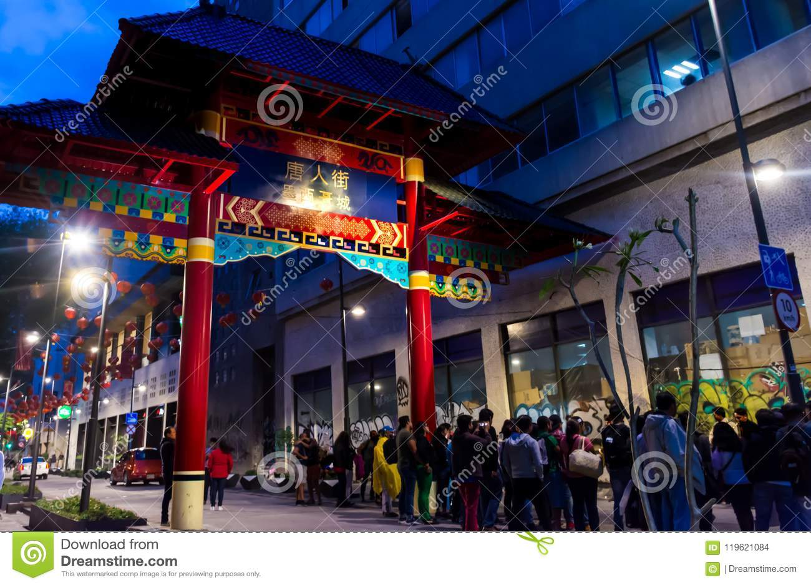 Kleurrijke paiftang in de scène van de chinatownnacht