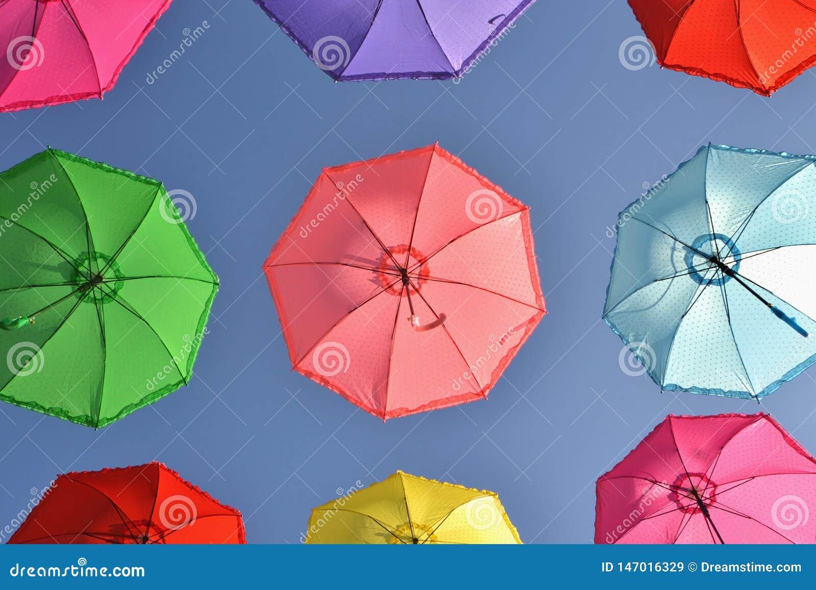 Kleurrijke paraplu s onder hemel
