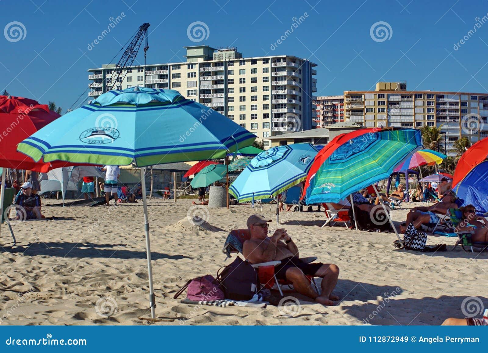 Kleurrijke paraplu s op het strand in Fort Lauderdale
