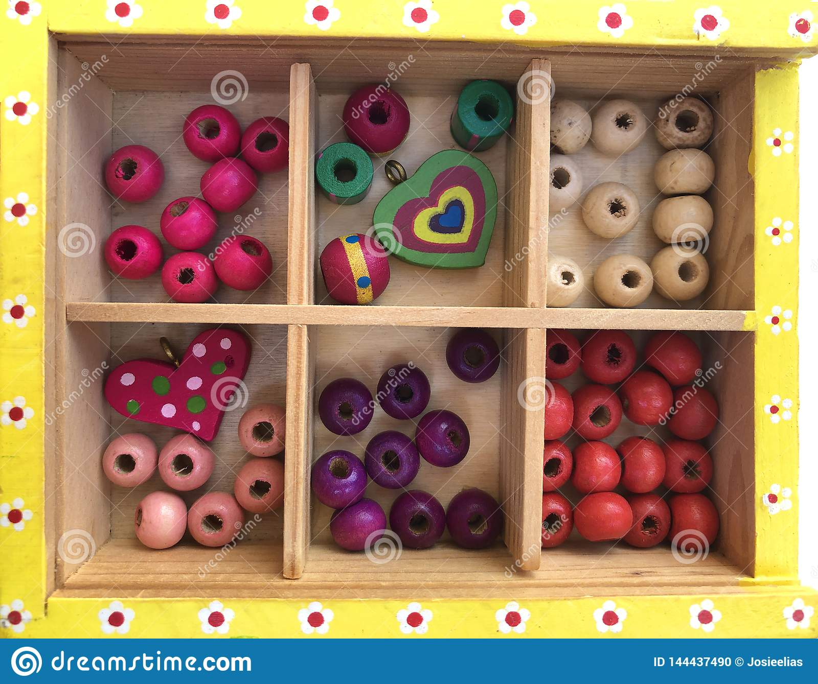 Kleurrijke parels in een houten doos