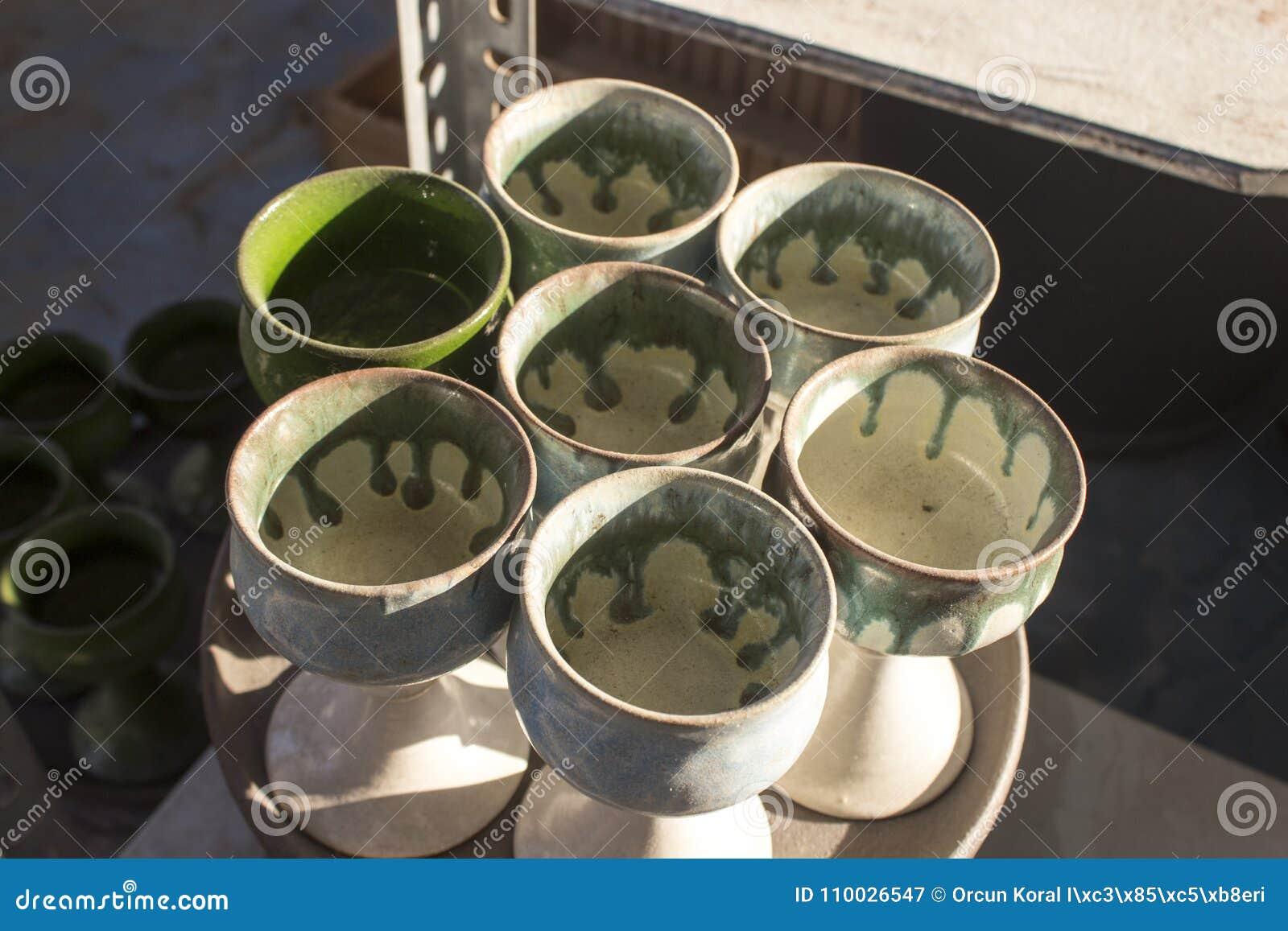 Kleurrijke partij van ceramische vaas