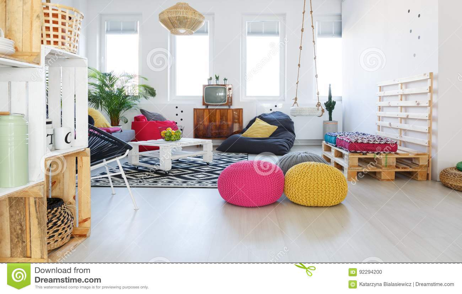 Kleurrijke retro woonkamer stock foto. Afbeelding bestaande uit ...