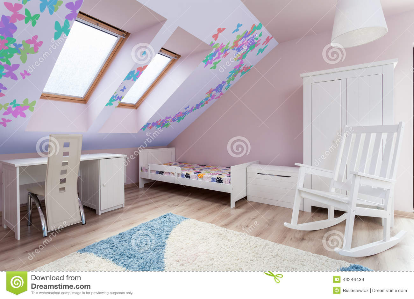 Kleurrijke Ruimte In De Zolder Stock Foto - Afbeelding: 43246434
