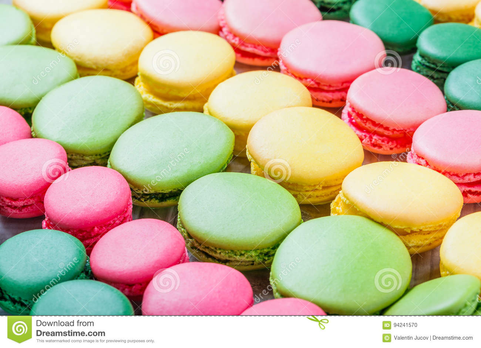 Kleurrijke smakelijke makarons, een Franse zoete delicatesse, dichte omhooggaand van de makarontextuur