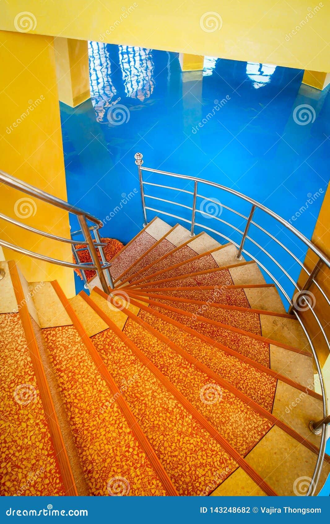 Kleurrijke spiraalvormige trap met blauwe vloer