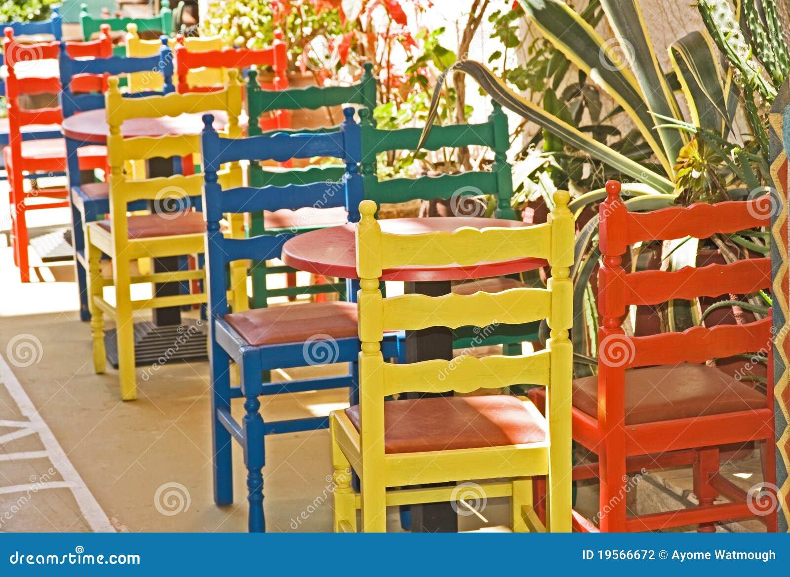 Kleurrijke Stoelen Buiten Een Restaurant  Stock Fotografie   Afbeelding  19566672
