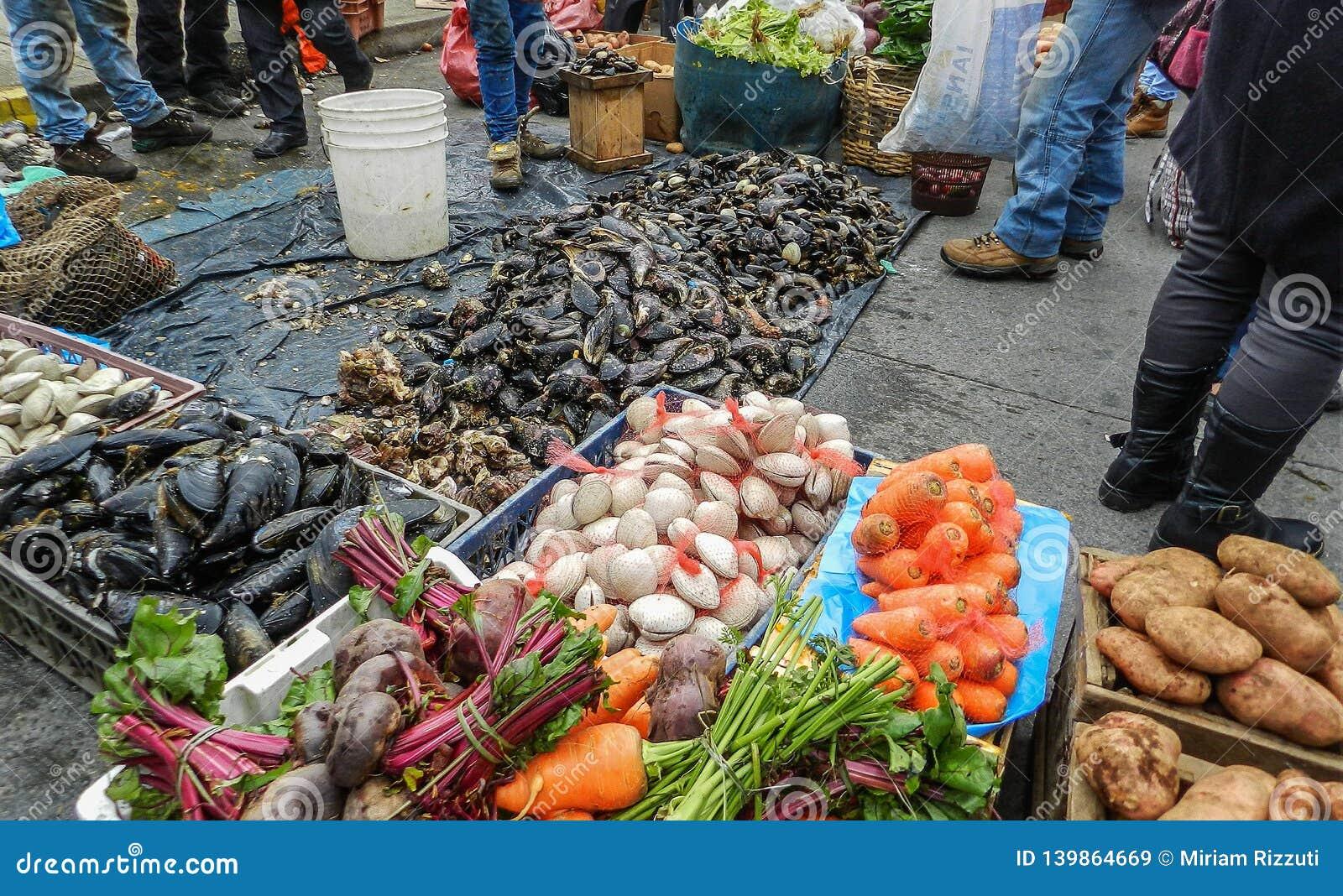 Kleurrijke straatmarkt in Calbuco, Chili, met verse producten van het overzees en het land