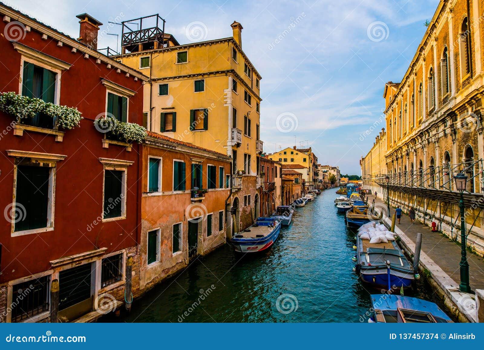 Kleurrijke straten in Venetië vóór zonsondergang