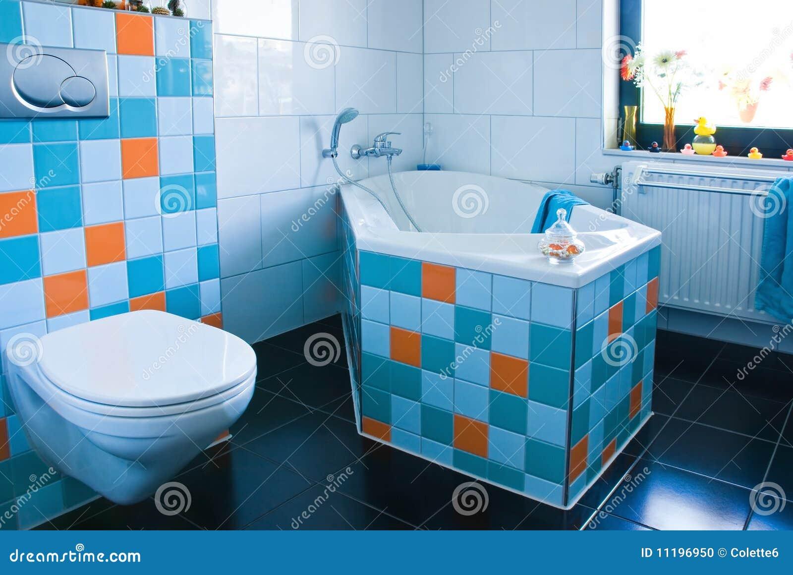 Kleurrijke Witte En Blauwe Badkamers Met Zwarte Vloer Stock Foto ...