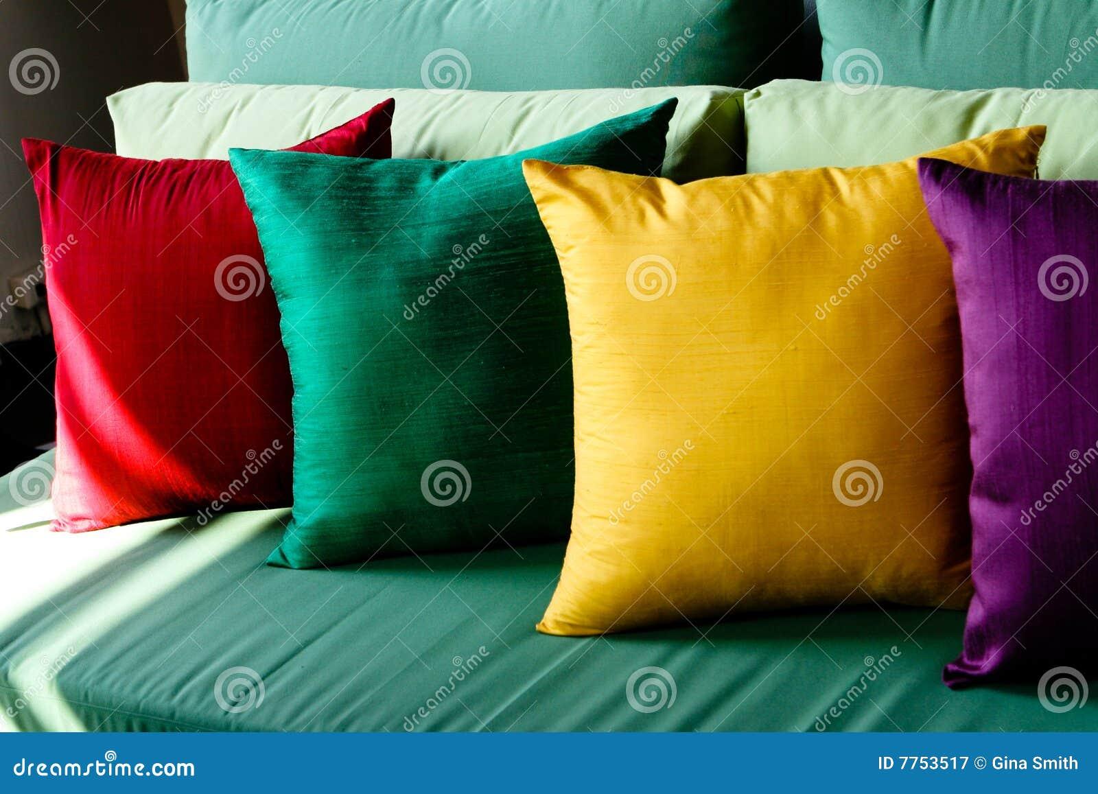 Kleurrijke zijdekussens