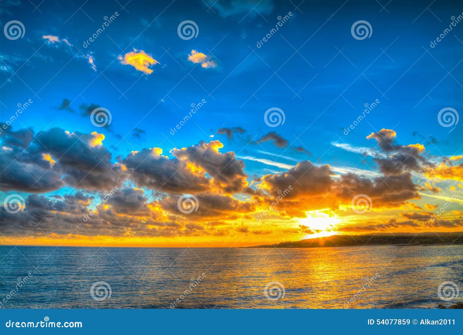 Kleurrijke zonsondergang over het overzees in Sardinige