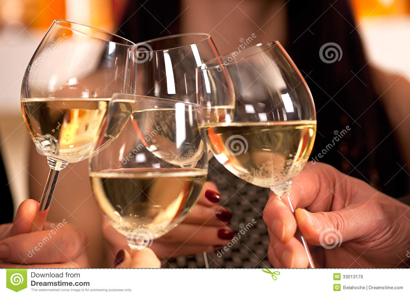 Klickende Gläser mit Weißwein.