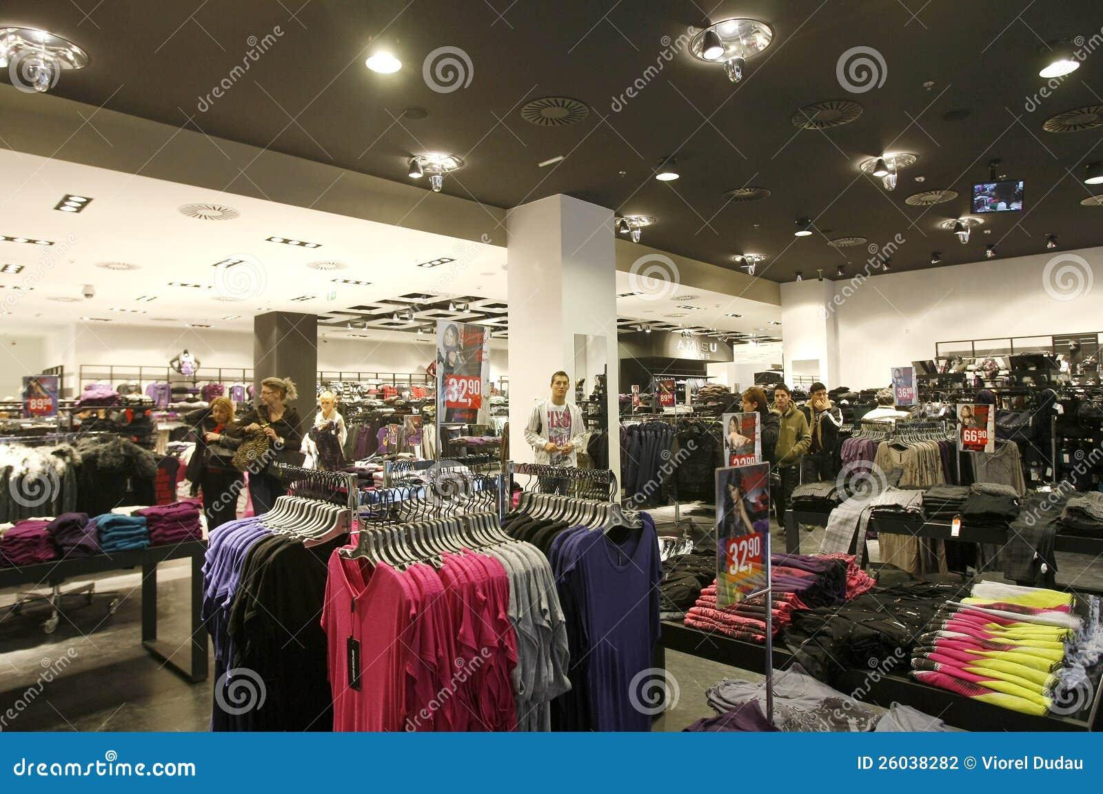 Klienci target871_1_ w Nowojorczyka sklepu wnętrzu