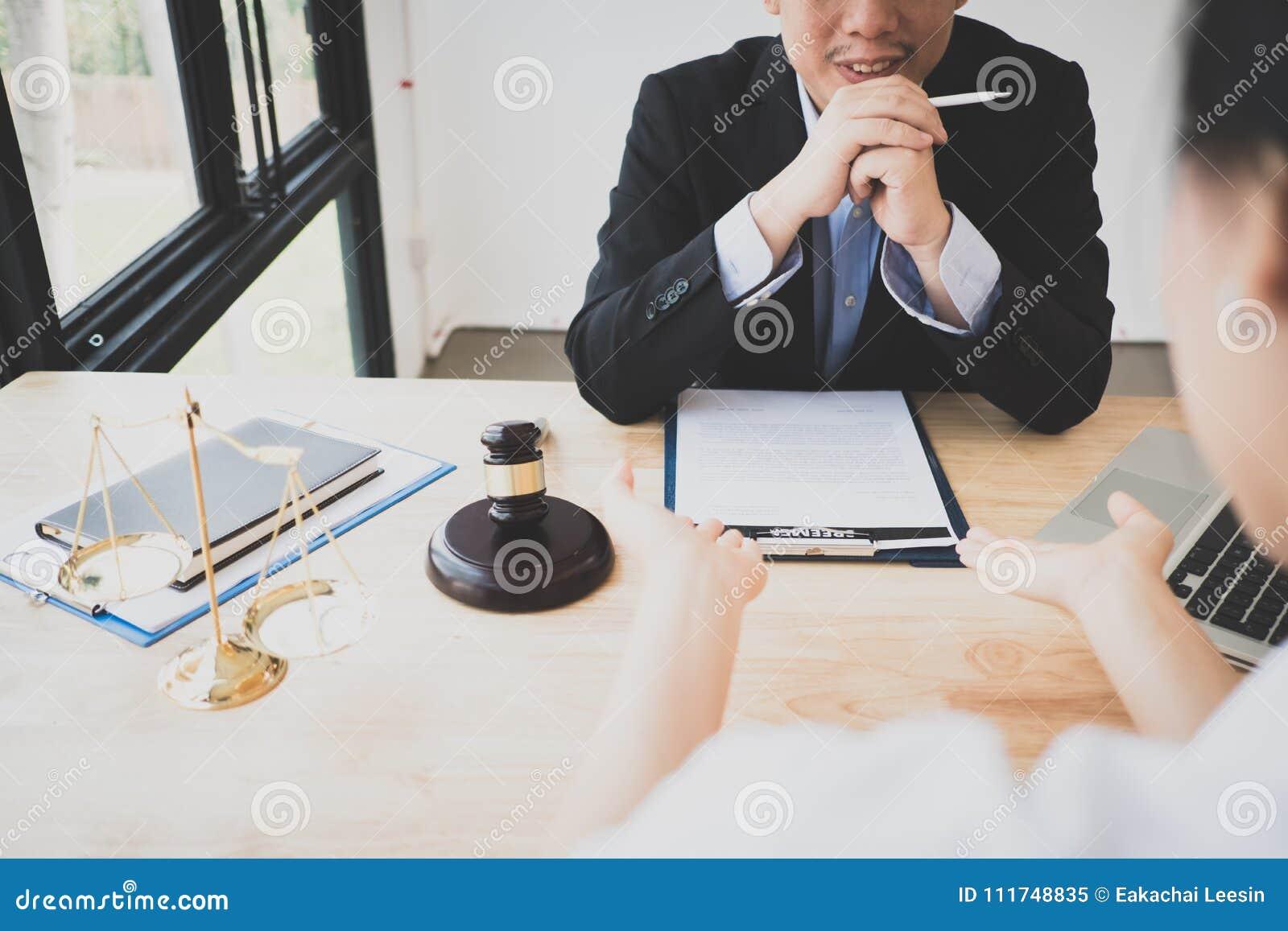 Klient i prawnik siedzącego puszka spotkanie w cztery oczy dyskutować legalnego