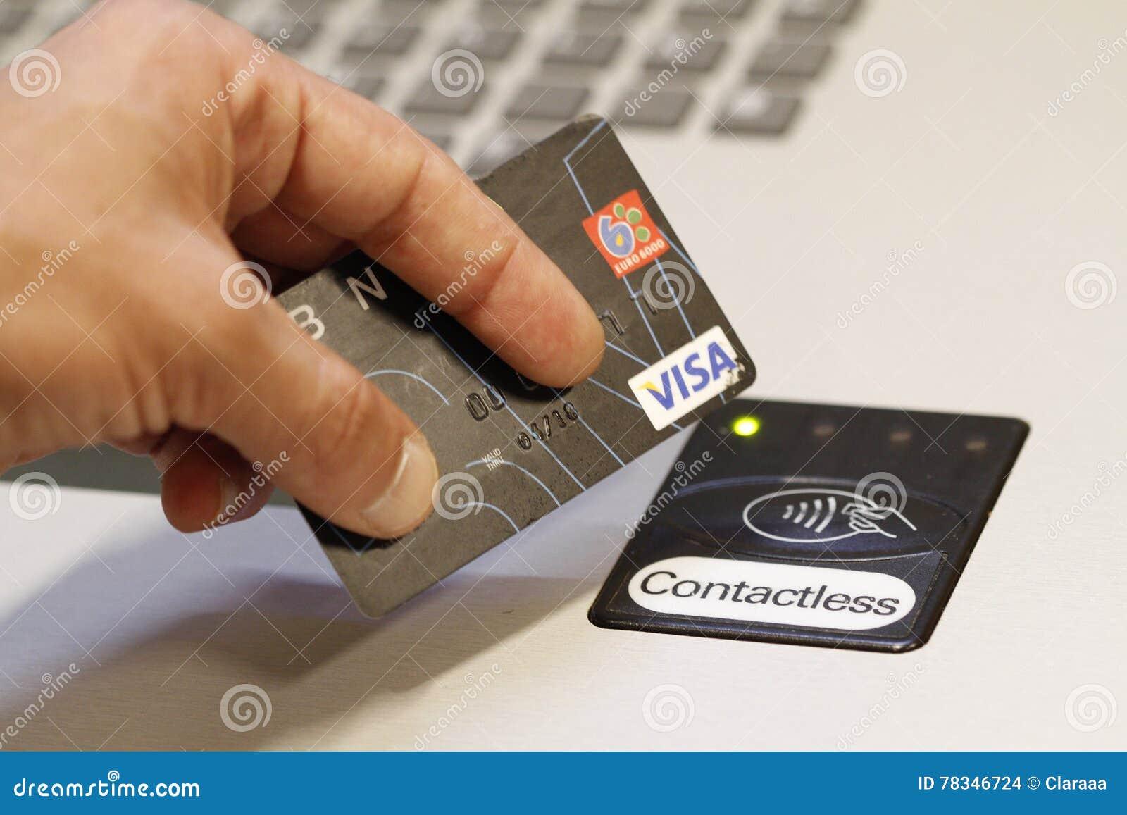Klient płaci używać contactless kredytowe karty płatniczy system