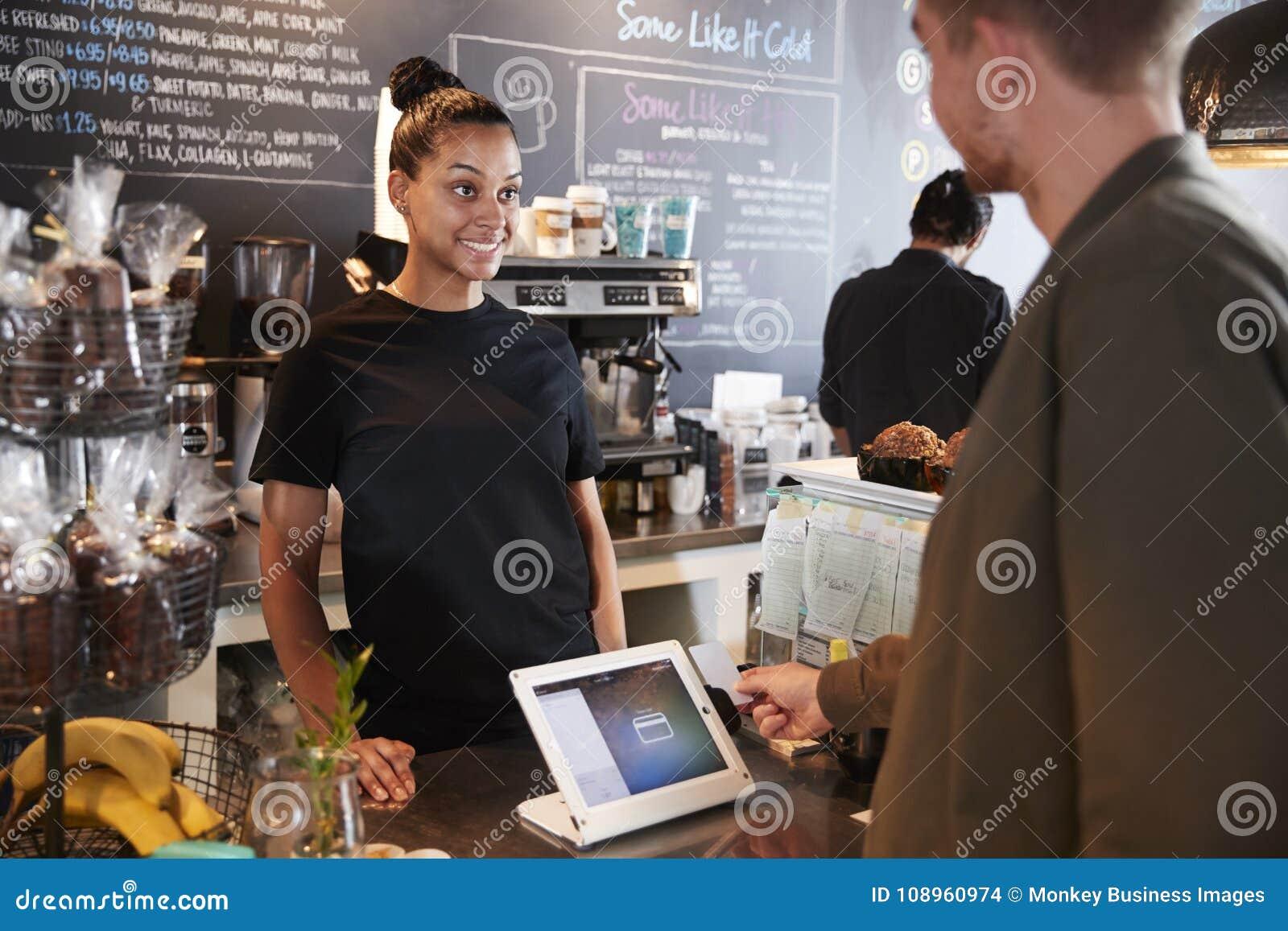Klient Płaci W sklep z kawą Używać Kredytową kartę