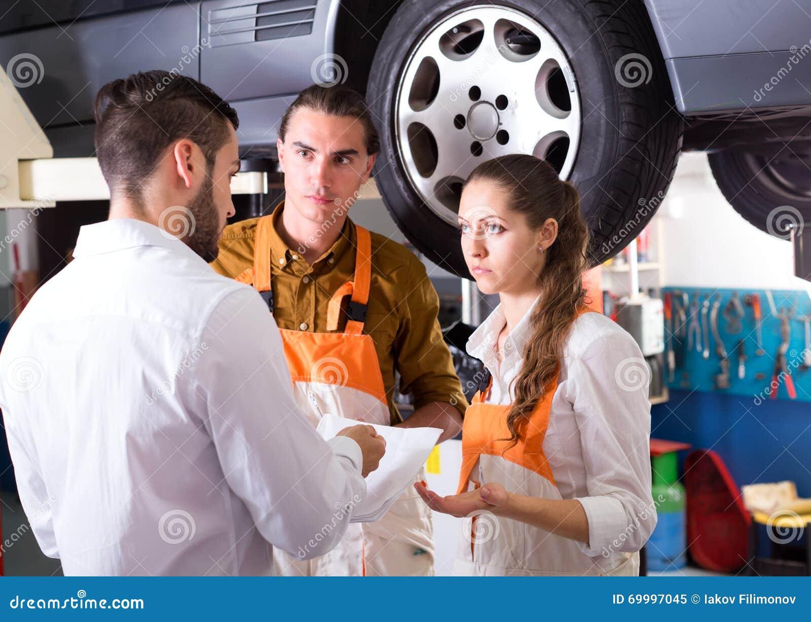 Klient som är unsatisfied med bilreparation