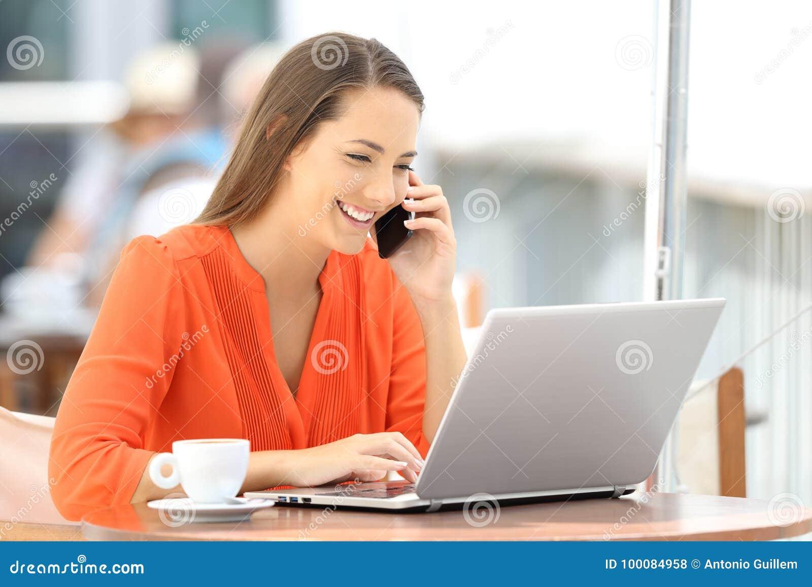 Klient używa laptop i opowiadający na telefonie