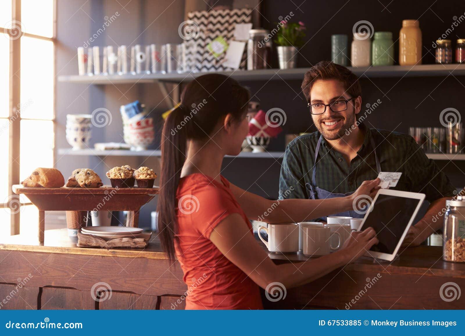 Klient W sklep z kawą Płaci Używać Cyfrowej pastylki czytelnika