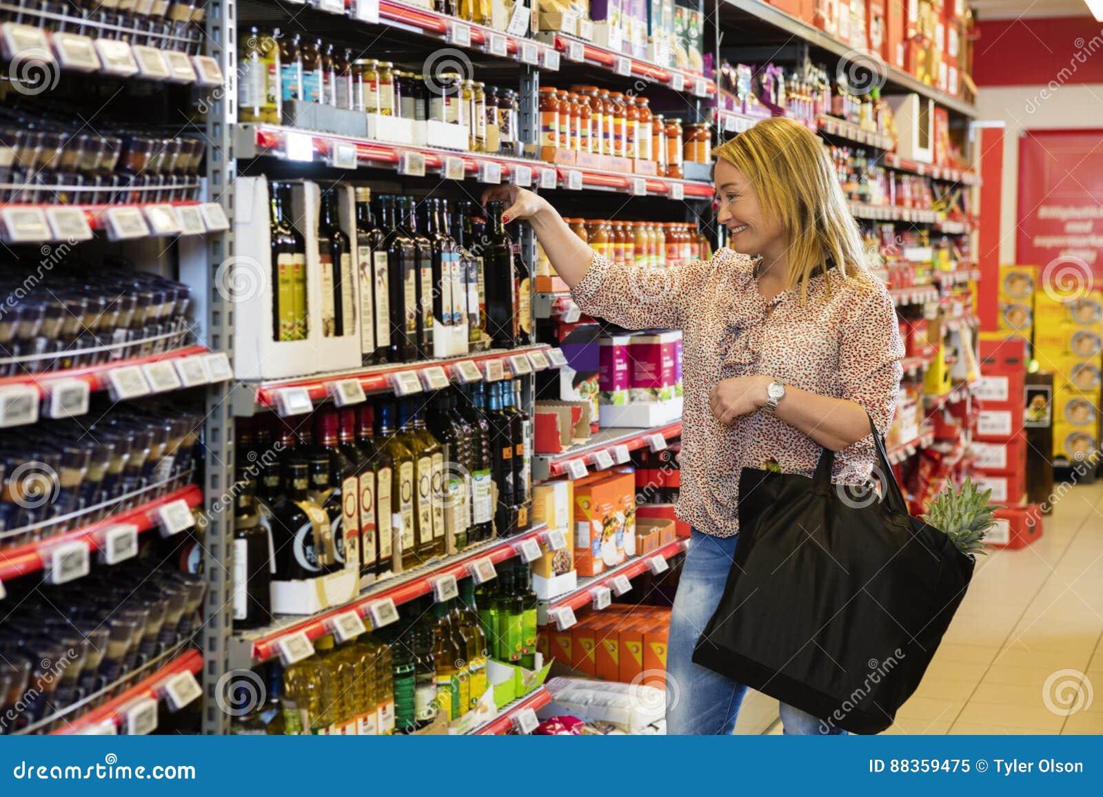 Klient Wybiera oliwa z oliwek W supermarkecie