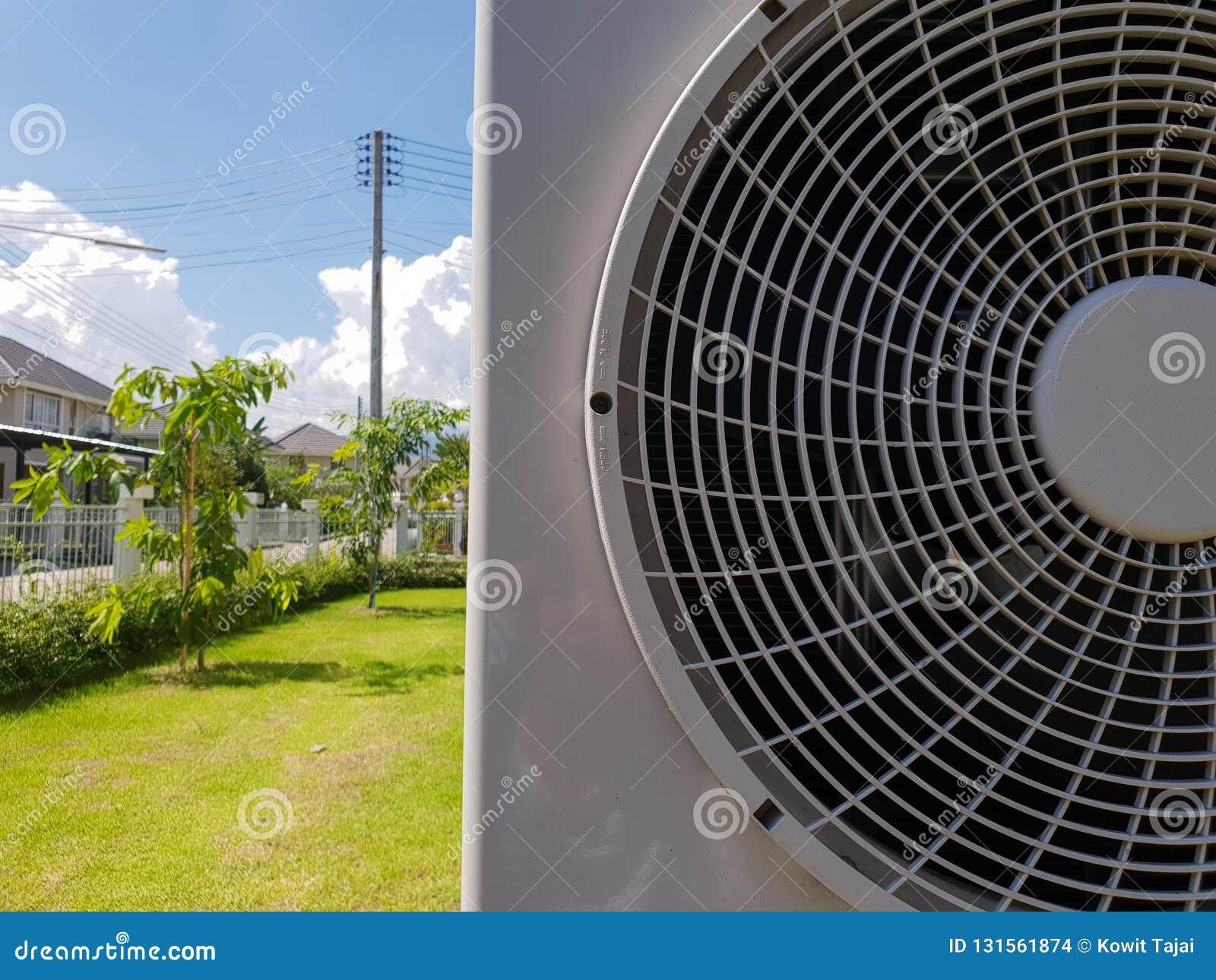 Klimaanlagenkompressor auf Hintergrund des blauen Himmels, Jahreszeit des Sommers