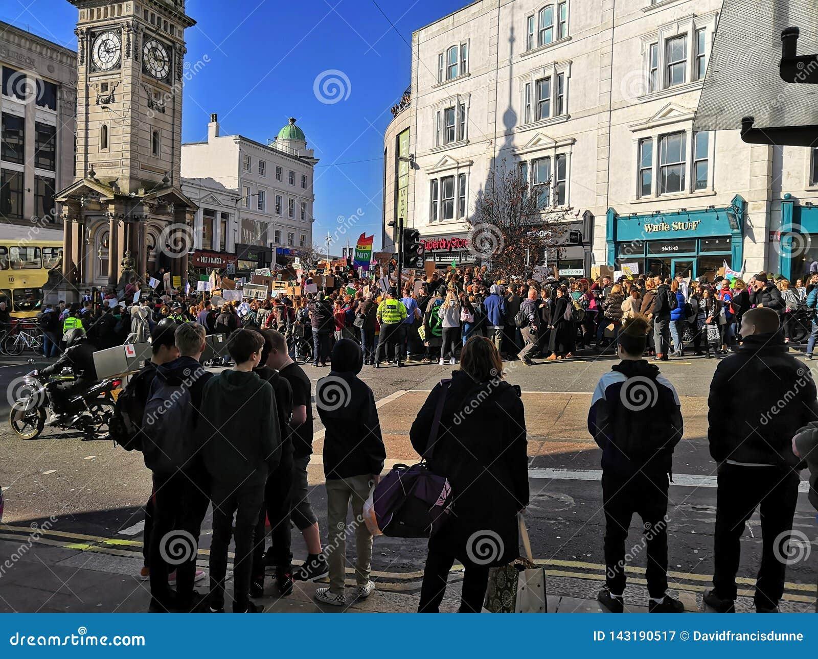 Klimaatstaking de kinderenprotest in van Brighton, Sussex het UK tegen klimaatverandering