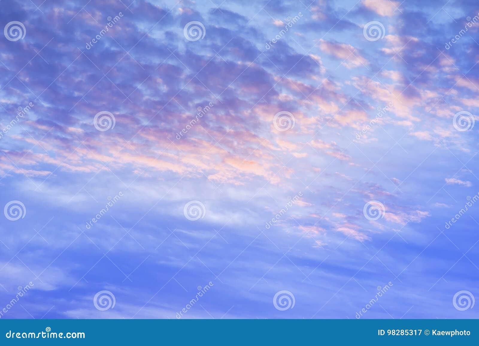 Klimatu zmierzchu niebo z puszystymi chmurami i pięknym ciężkim weathe